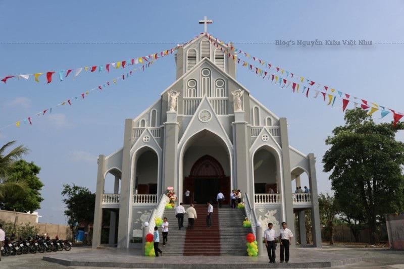 Hạt Rạch Giá là vùng truyền giáo với nhiều họ nhánh và giáo dân ở vùng sâu vùng xa. Dân cư gồm nhiều dân tộc ( Kinh, Hoa, Khmer… ) theo nhiều tôn giáo truyền thống như Phật Giáo, Hoà Hảo, Tin Lành…