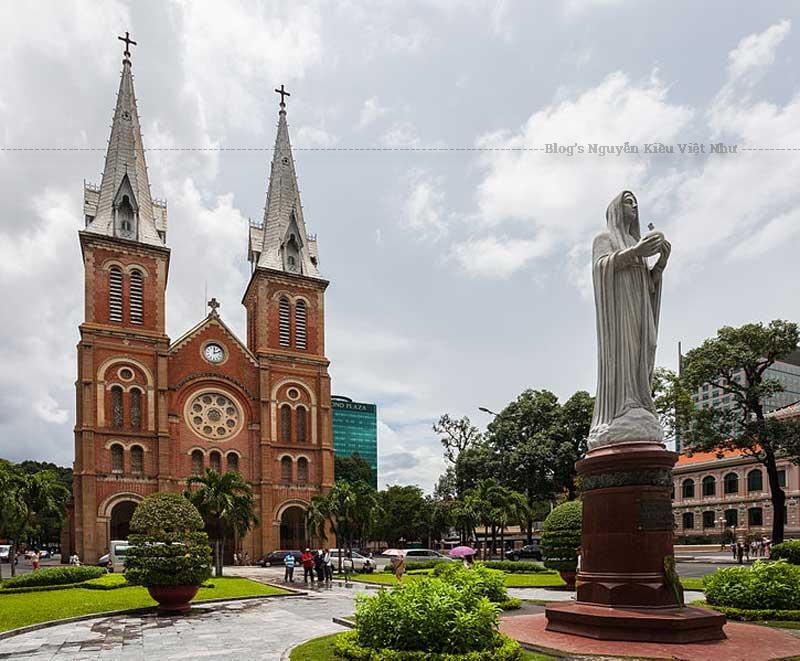Và một điều rất đặc biệt là nhà thờ không có vòng rào hoặc bờ tường bao quanh như các nhà thờ quanh vùng Sài Gòn - Gia Định lúc ấy và bây giờ.