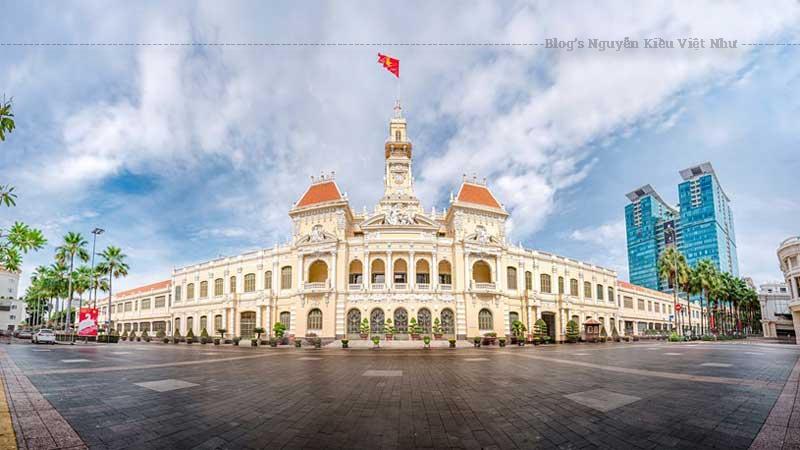 Thiết kế mặt đứng công trình có sự pha trộn của nhiều phong cách kiến trúc châu Âu như bố cục mặt bằng kiểu kiến trúc Phục Hưng, trang trí phù điêu kiểu Baroque và Rococo, các cửa sắt kiểu Art Nouveau...