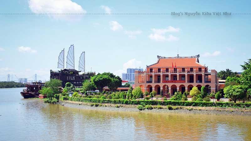 Sau khi chiếm được Nam Kỳ, các thống đốc quân sự Pháp đã quyết định cho xây dựng khu thương cảng Sài Gòn (Port de Commerce de Saigon) để làm đầu mối thông thương với quốc tế.