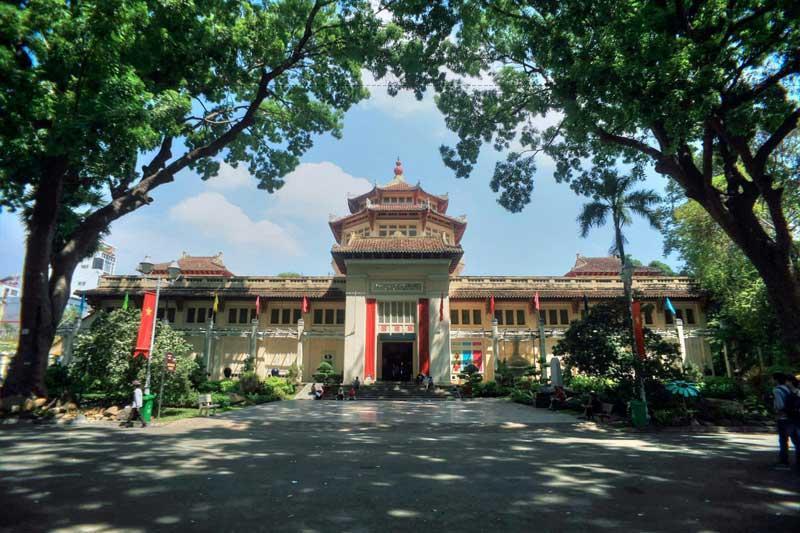 """Bảo tàng được xây theo lối kiến trúc """"Đông Dương cách tân"""" (styleindochinois), do kiến trúc sư người Pháp Delaval thiết kế, và do hãng thầu Etablissements Lamorte Saigon thực hiện trong ba năm: 1926-1927-1928."""
