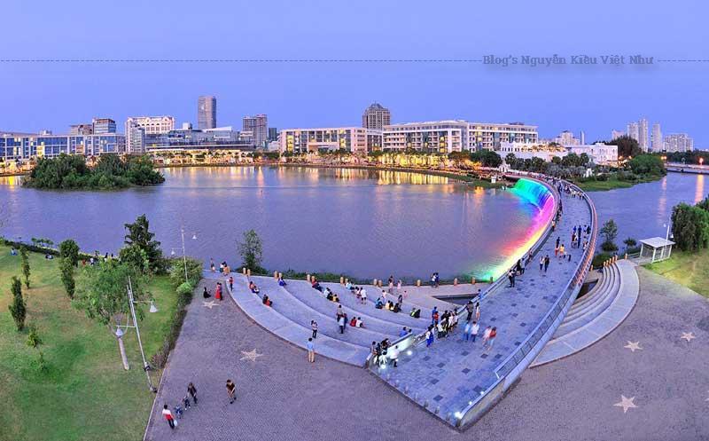 Cầu Ánh Sáng được thiết kế đặc biệt, phía bờ Tây (khu Kênh Đào) là quảng trường mô phỏng hình mặt trăng và phía bờ Đông (khu Hồ Bán Nguyệt) được mô phỏng hình mặt trời. Hai bên hông cầu được lắp đặt ánh sáng bảy màu liên tục thay đổi và được sử dụng bằng pin thu năng lượng mặt trời.