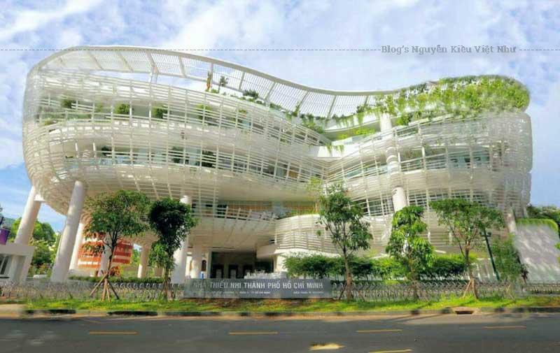 Công trình được trồng nhiều cây xanh khắp mọi nơi, trên các tầng. Màu xanh của cây nổi bật trên nền trắng chủ đạo của toà nhà.