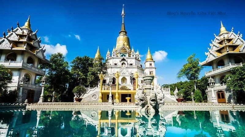 Chùa Bửu Long mang nét kiến trúc các chùa ở Thái Lan, Ấn Độ kết hợp cùng nét kiến trúc các chùa thời Nguyễn.
