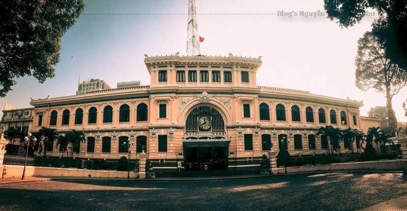 Trên mái sảnh có một chiếc đồng hồ tròn và tấm biển ghi năm xây dựng công trình: 1886 - 1891.