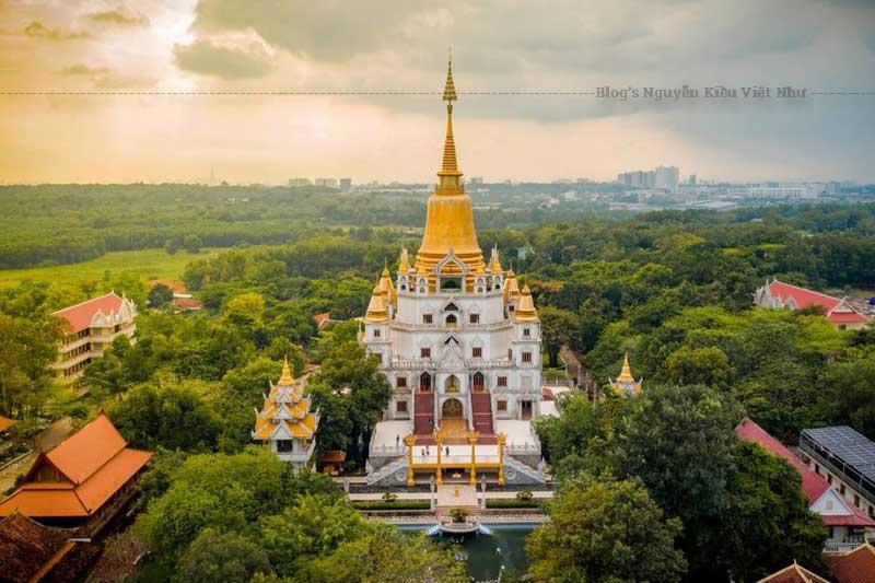 Nằm trên một ngọn đồi phía tây sông Đồng Nai, chùa Bửu Long tọa lạc tại số 81 Nguyễn Xiển, phường Long Bình, quận 9, cách trung tâm TP. Hồ Chí Minh khoảng 20km, có tên chính thức là thiền viện Tổ Đình Bửu Long.