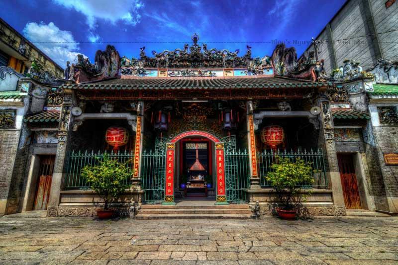 Chùa có gắn các tượng tròn, phù điêu bằng gốm dày đặc từ trên nóc chùa, mái, hiên chùa cho đến các bàn thờ, vách tường... do 2 lò gốm Bửu Nguyên và Đồng Hòa sản xuất vào năm 1908.