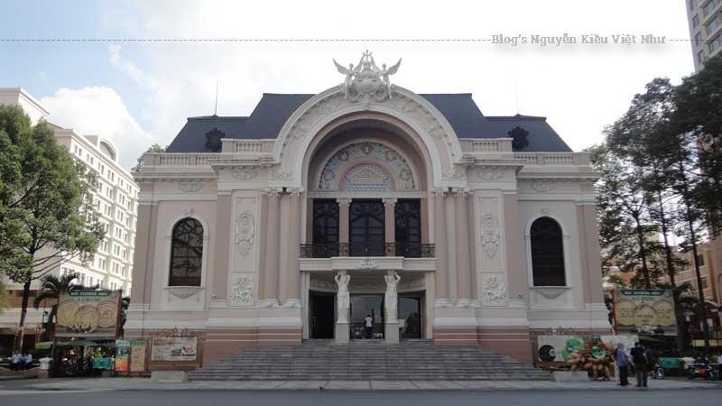 Nhà hát lớn Sài Gòn là một đối trọng về mặt kiến trúc với Nhà hát lớn Hà Nội (cất năm 1911, kiến trúc theo mẫu Opéra Garnier tại Paris, 900 chỗ ngồi, kiến trúc sư Broger et Harloy).