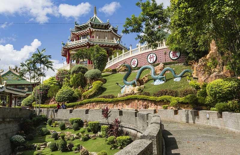 Du khách có thể chiêm ngưỡng những khu vườn kiểng và các thảm hoa bao phủ khu vực xung quanh ngôi đền.