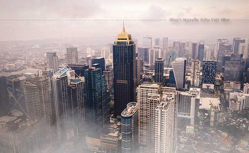 Grand Hyatt Manila là một tổ hợp khách sạn cao cấp với 461 phòng khách sang trọng, 3 nhà hàng, hàng loạt các bể bơi rộng, phòng gym, spa hiện đại cùng các phòng họp và tổ chức sự kiện trang bị đầy đủ tiện nghi rộng tới 2281m².