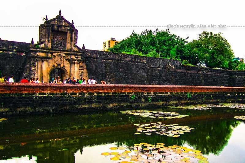 Nằm bên bờ sông Pasig và quảng trường Plaza de Armas, đây là nơi lý tưởng cho các bữa ăn ngoài trời và các hoạt động ngoài trời khác.
