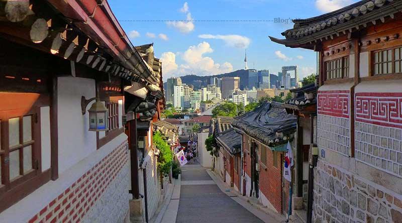 Làng Hanok ở Bukchon là một làng nghề truyền thống Hàn Quốc có lịch sử lâu đời nằm giữa Cung điện Gyeongbok, cung điện Changdeok và miếu thờ Thần đạo Jongmyo.