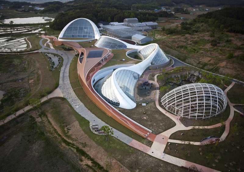 Được thiết kế như một nhà kính lớn, khu vực cung cấp đủ không gian cho nhiều loại cây và thực vật phát triển trong tương lai.