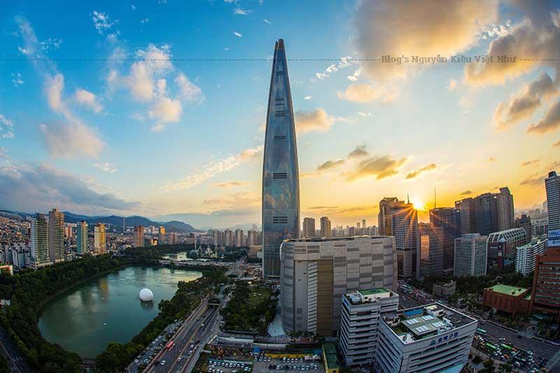 Toà nhà nằm cạnh bên Lotte World thế hệ đầu tiên mở cửa vào năm 1989, người dân hoặc du khách có thể đi tới đây bằng tàu điện ngầm Seoul Line 2 và Line 8 tại trạm Jamsil.