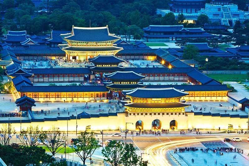 Cung Cảnh Phúc thu hút du khách không hẳn vì quy mô kiến trúc mà có lẽ chủ yếu vì khu vườn thượng uyển có tiếng là đẹp. Dân thủ đô Seoul thường lui tới đây thỏa mắt ngắm cảnh và thả trí nghỉ ngơi.