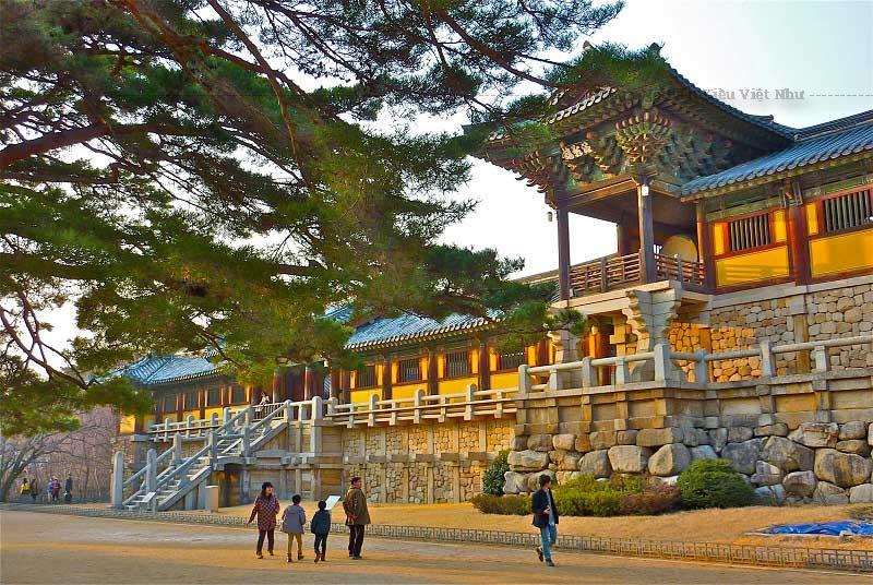 Ngay khi bắt đầu vào cửa ngõ thành phố Gyeongju bạn có thể nhận ra nét tương đồng ở mọi công trình kiến trúc nơi đây từ khách sạn, nhà ở, cửa hàng, siêu thị… tất cả đều cùng màu sắc, kiểu dáng, mái lợp ngói cổ…