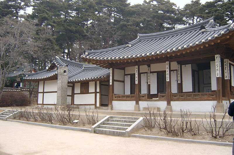 Hanok có mái nhà riêng lát gạch (Giwa), dầm bằng gỗ và đá xây dựng khối. Cheoma là cạnh mái nhà cong Hanok.